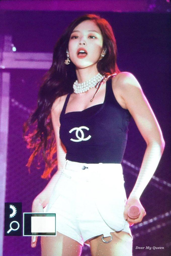 """<p> Không gầy đến """"trơ xương"""" như nhiều thần tượng Kpop khác, Jennie luôn dừng ở mức cân nặng vừa vặn, có da có thịt. Vẻ đẹp của cô nàng hội tụ nét sexy lẫn khỏe khắn, đủ sức đốn tim đông đảo khán giả.</p>"""