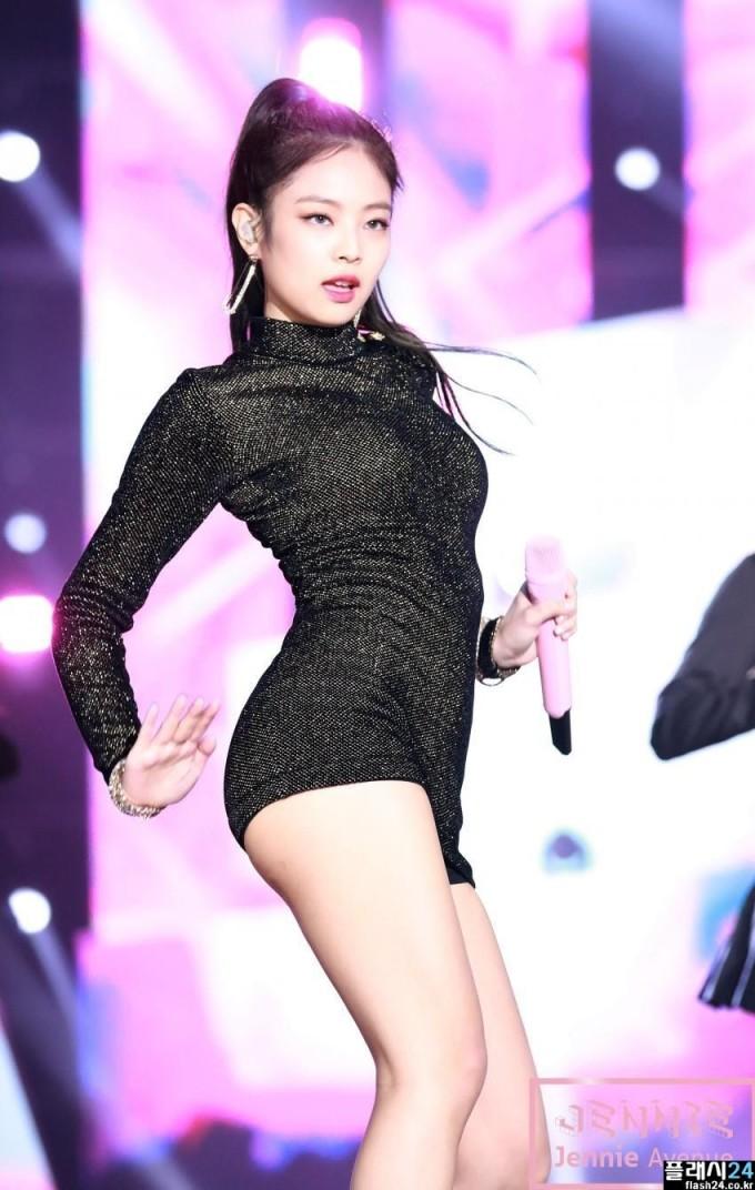 """<p> Khoảnh khắc Jennie diện chiếc minidress của Balmain này đã trở thành """"huyền thoại"""". Chiếc đầm có kiểu dáng đơn giản nhưng ôm sát vừa vặn với body của Jennie đến """"khó tin"""".</p>"""