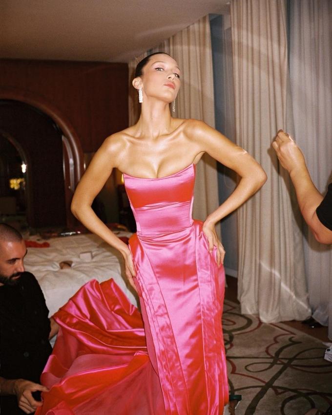 """<p> Mặc dù có diện mạo """"gần như hoàn hảo"""", vẫn có nhiều ý kiến cho rằng lẽ ra Bella nên chọn một bộ váy có size lớn hơn chút nữa để trông """"dễ thở"""" hơn. """"Trông vòng một của cô ấy kìa, cô ấy có thở nổi không vậy?"""", một fan bình luận. Một số ý kiến lại khẳng định Bella cố tình chọn chiếc váy """"siêu nhỏ"""" để khoe body """"đẹp từng milimet"""".</p>"""
