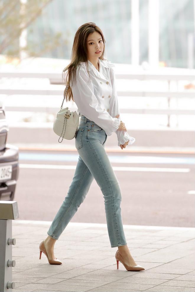 <p> So sánh những bức hình chỉnh sửa kỹ lưỡng với ảnh đời thường ra sân bay cũng có thể thấy body quá chuẩn chẳng cần đến photoshop của Jennie.</p>
