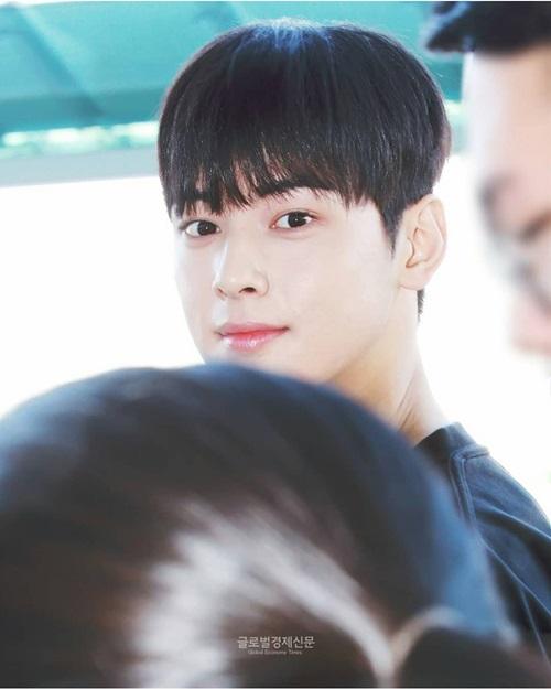 Thiên tài gương mặt Cha Eun Woo đẹp xuất sắc trong mọi góc ảnh.