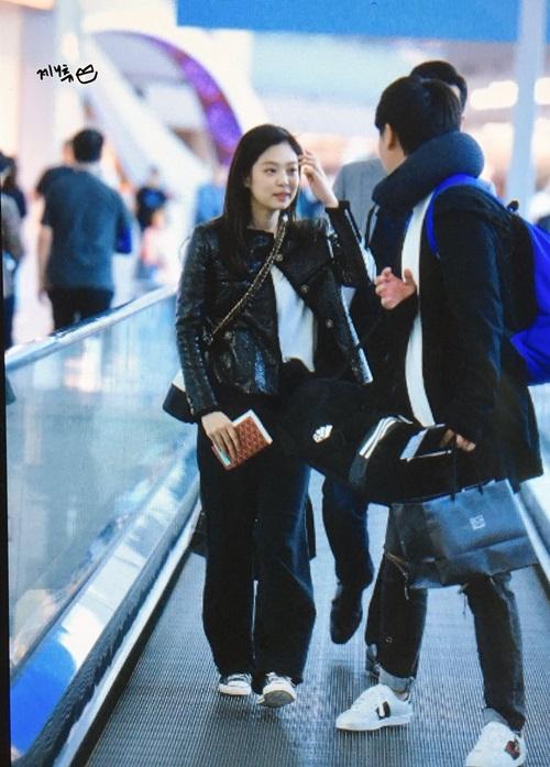 Sau khi hoàn thành phần chụp ảnh trước báo chí, Jennie thay quần skinny bằng kiểu quần ống rộng, thoải mái. Nữ ca sĩ chọn trang phải dễ di chuyển khi phải bay một chuyến dài.
