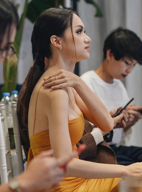 Trang phục mang đến cho Hương Giang vẻ quyến rũ, tuy nhiên lại khiến người đẹp liên tục phải chỉnh sửa để tránh hớ hênh.