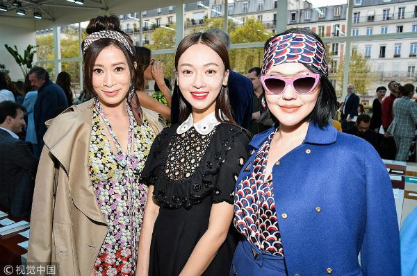 Trong ảnh do phóng viên chụp, Ngô Cẩn Ngôn trông rực rỡ hơn nhưng thua kém về khí chất so với hai đàn chị.