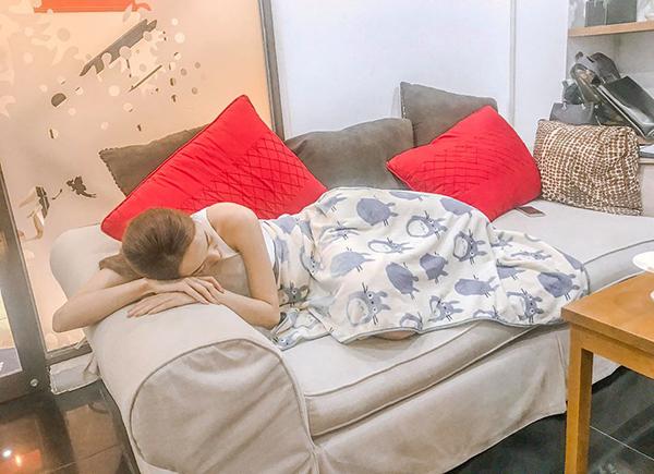 Minh Hằng bất chấp tất cả đánh một giấc trên ghế salon vì quá thèm ngủ.