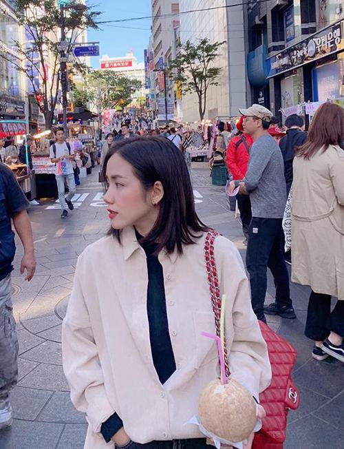 Phương Ly khoe góc nghiêng thần thánh trên đường phố Seoul.