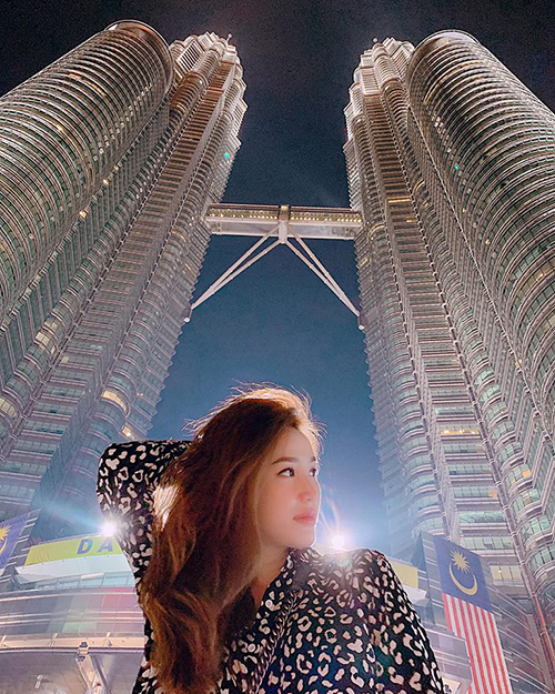 Bảo Thy check-in ở tòa tháp đôi nổi tiếng Malaysia.