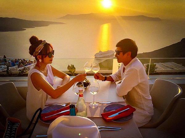 Vợ chồng Lý Hải - Minh Hà dùng bữa tối trong ánh hoàng hôn đẹp như phim ở Hy Lạp.