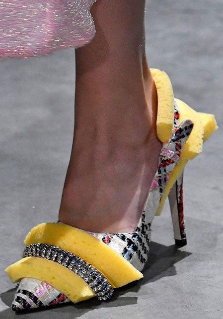 Mút rửa bát cũng có thể trang trí giày nha.