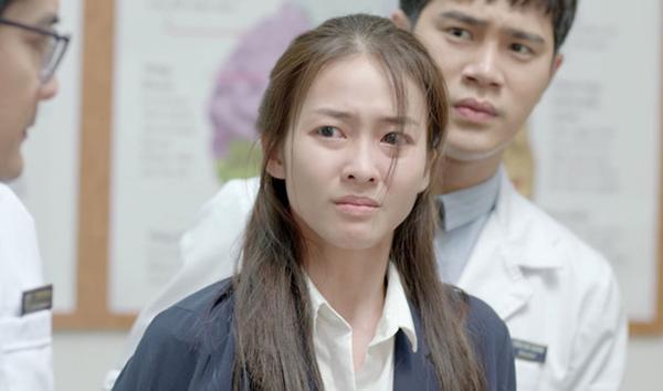 Màu son của nữ diễn viên cũng quá nhạt nhòa khiến nhiều phân đoạn, người ta quên mất cô là bác sĩ mà lầm tưởng là... bệnh nhân mới ốm dậy.