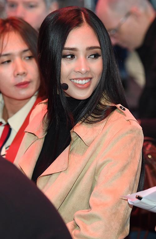 Sau đêm đăng quang, nhiều khán giả lo ngại vì sự non nớt của tân hoa hậu khi đăng quang ở độ tuổi 18. Chỉ sau 2 tuần, Trần Tiểu Vy đã chứng tỏ bản lĩnh của mình từ thần thái đến sự chuyên nghiệp trong công việc.