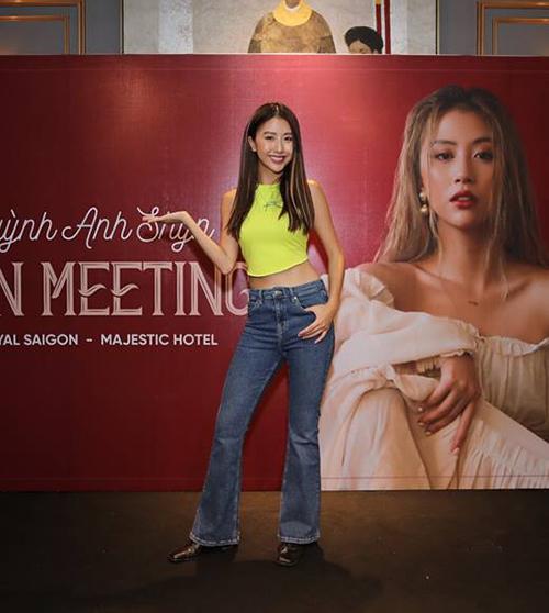 Quỳnh Anh Shyn hưởng ứng rất tích cực mốt quần cạp trễ, dù nó khiến cô nàng trông như 1,5 m dù cao đến gần 1,7 m.