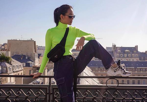 Không hẹn mà gặp, hàng loạt IT Girl Việt đều đang mê mệt trang phục màu xanh chuối - tông màu khó mặc và kén da số một. Khánh Linh mới đây nổi bật trên đường phố Paris với một chiếc áo cổ lọ nổi bần bật.