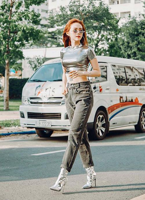 Diện quần cạp trễ kết hợp cùng croptop khoe eo thon là xu hướng nổi bật của sao Việt trong mùa hè này. Đây là một trào lưu bắt nguồn từ thời trang những năm 2000.