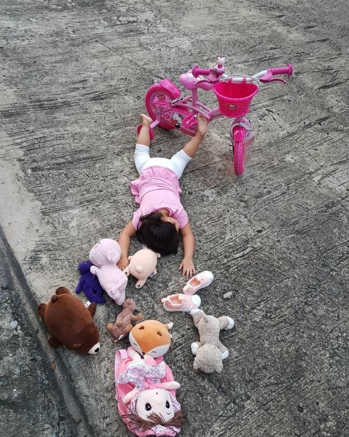 """<p> Một em bé tham gia thử thách với sự """"dàn dựng"""" dễ thương.</p>"""