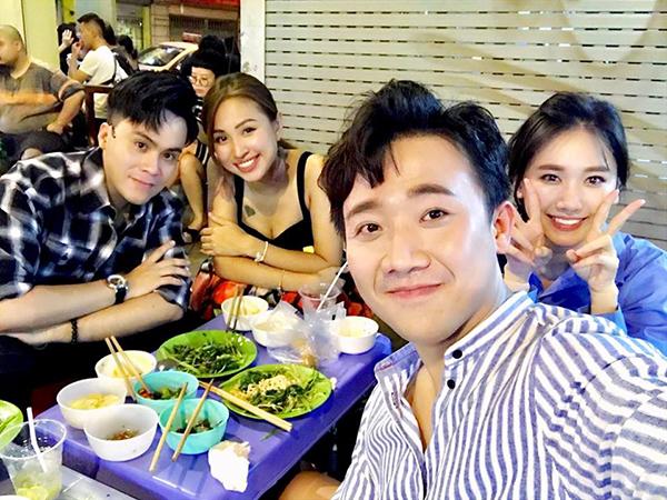 Vợ chồng Trấn Thành - Hari Won tụ tập ăn đêm cùng Vân Hugo và MC Thái Dũng nhân dịp ra Hà Nội.
