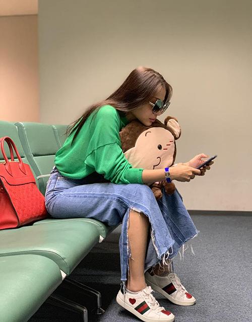 Khả Như ra sân bay vẫn ôm không rời bạn đồng hành là... chú khỉ bông.