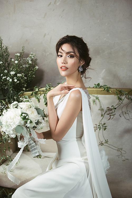Đám cưới Lan Khuê sẽ diễn ra vào ngày 4/10. Những ngày qua, người đẹp khá tất bật trong việc chuẩn bị lên xe hoa. Mới đây, hậu trường thử váy cưới của cô được tiết lộ.