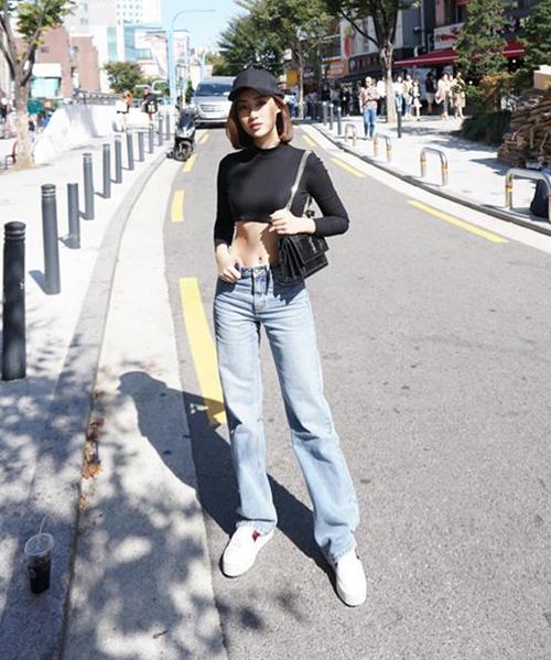 Hình ảnh mới nhất của Hoa hậu Mỹ Linh trên đường phố Seoul khiến nhiều người bất ngờ vì sự mới lạ. Khác hẳn với phong cách nữ tính trước đây, người đẹp thay đổi 180 độ với bộ cánh phối áo croptop cùng quần jeans cạp trễ, tôn lên vòng eo thon.