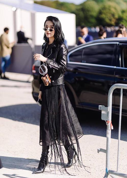 Diện cả cây đen hàng hiệu từ đầu đến chân, Khánh Linh thu hút mắt nhìn trên đường phố Paris.