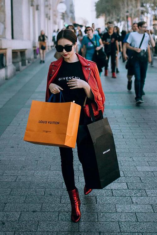 Hòa Minzy đã qua thời mặc sến. Thời trang của cô nàng giờ đây liên tục có sự xuất hiện của những món hàng hiệu đẳng cấp.