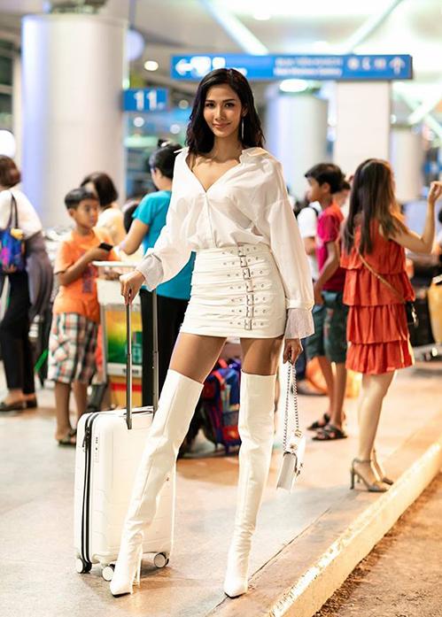 Hoàng Thùy ra sân bay mà chẳng khác gì diễn thời trang. Cô nàng táo bạo chọn cả cây đồ trắng rất sexy, khoe chân dài gợi cảm.