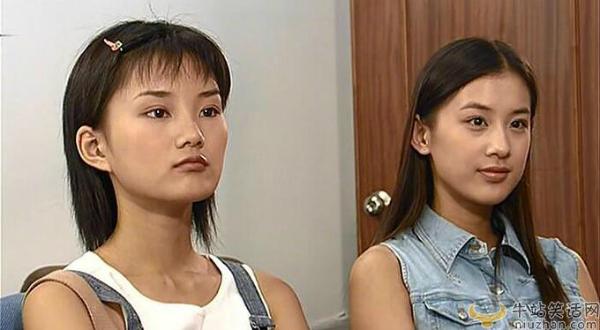 Năm 2003, Huỳnh Thánh Y gây chú ý khi đóng nữ phụ Linh Đạt (phải) xấu tính trong Biệt thự táo đỏ, bộ phim thần tượng rất được yêu thích. Nữ chính của phim là Hinh Tử, đóng vai Tiêu Tinh. Chỉ một năm sau, Huỳnh Thánh Y nổi tiếng nhờ vai cô gái câm trong Tuyệt đỉnh Kungfu của Châu Tinh Trì và sau đó là Bích huyết kiếm. Sự nghiệp diễn xuất của Huỳnh Thánh Y không mấy thành công nhưng cô vẫn giữ được độ hot nhờ tham gia show truyền hình. Còn Hinh Tử vẫn chỉ là diễn viên hạng 3, đóng nhiều vai nhỏ không tạo được tiếng tăm.