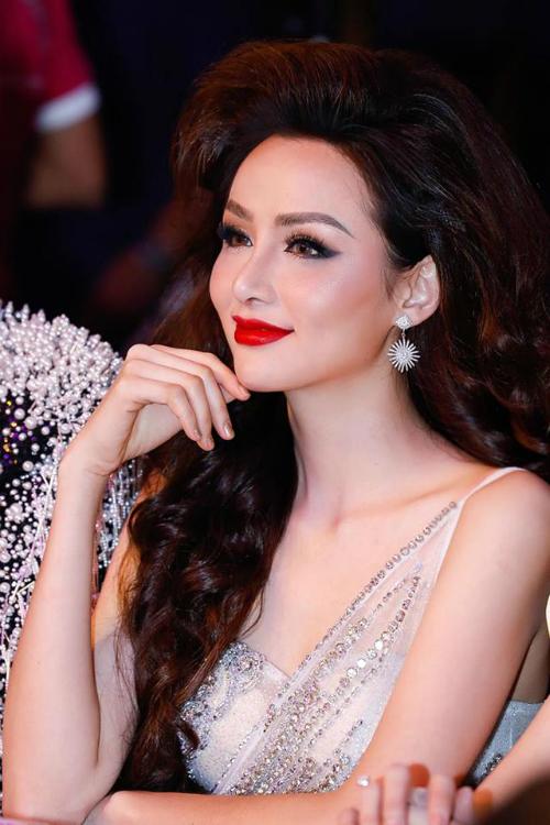 Sở hữu nét đẹp tự nhiên, Diễm Hương cách đây 2 năm từng mạnh dạn tuyên bố mình là hoa thật chứ không phải hoa silicon. Nhiều người đánh giá nhan sắc hiện tại của Diễm Hương thua xa thời điểm đăng quang Hoa hậu Thế giới người Việt.