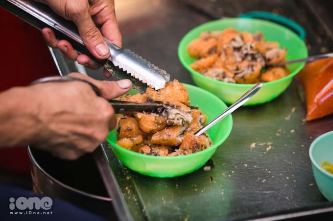 <p> Bánh sẽ được cắt từng miếng ra bát. Thông thường, mỗi thực khách khi đến đây sẽ gọi 2 chiếc hoặc 3 chiếc tùy vào sức ăn mỗi người.</p>