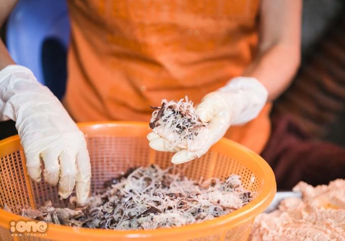 <p> Nhân bánh có miến, mộc nhĩ, nấm hương, thịt lợn được tẩm ướp gia vị theo bí quyết riêng. Bánh không bao giờ làm sẵn, có từ 3 đến 4 người luôn tay nhồi nhân, nặn bánh, thả vào chảo chiên liên tục.Tất cả đều được làm trực tiếp tại quán nên bánh luôn đảm bảo được độ giòn, thơm cũng như nóng hổi.</p>