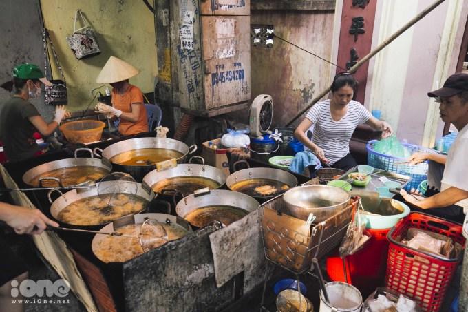 <p> Nằm trong ngõ 242 Lạc Long Quân, ngay cổng đền thờ chúa bà Phan Thị Ngọc Đô, hơn 30 năm qua quán bánh rán mặn của chị Hoa luôn đông khách. Vào những ngày cao điểm như cuối tuần việc phải xếp hàng lấy số không phải là điều hiếm gặp ở đây.</p>