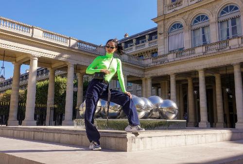 Khánh Linh The Face cũng được khen ngợi biến hóa đa dạng với mọi phong cách. Sau khi chán ngán hình ảnh bánh bèo, người đẹp xuất hiện với diện mạo cá tính, mạnh mẽ. Cô phối giày Archlight cùng áo gam màu xanh nõn chuối, quần jeans cạp cao ống loe và kính của Prada.