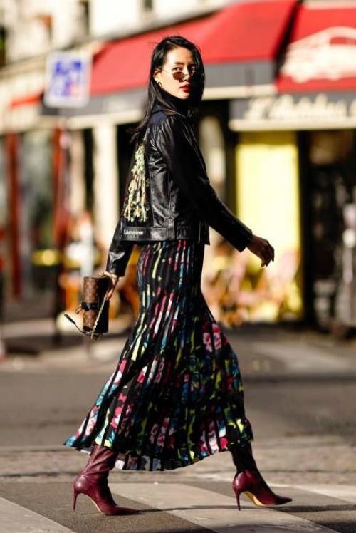 Chiếc áo biker jacket thêu tay của NTK Trần Hùng mà Khánh Linh mặc để dạo chơi Paris đã được lên sóng trên tờ The Impression. Cô mix item này cùng boots da và váy hoa sặc sỡ.