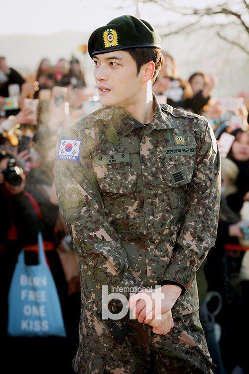 Jae Joong (JYJ) chứng minh đẳng cấp nhan sắc hàng đầu Kpop khi nhập ngũ.