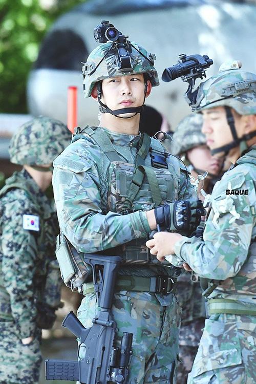 Những hình ảnh của Taec Yeon (2PM) ở quần đội đang tạo ra một cơn sốt trên các forum xứ Hàn. Mỹ nam nhận vô số lời khen ngợi vì hình ảnh đầy nam tính.