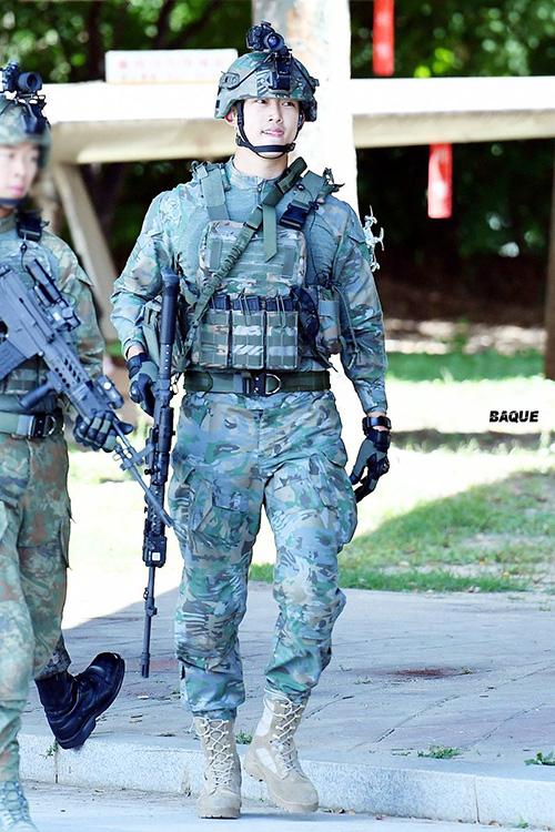 Taec Yeon từ bỏ quốc tịch Mỹ để gia nhập quân đội, từng hai lần đi phẫu thuật đểm đảm bảo sức khỏe tại ngữ. Nam ca sĩ đã xây dựng một hình ảnh tích cực, ghi điểm mạnh trong mắt công chúng Hàn Quốc.