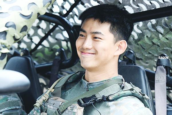 Thành viên 2PM tỏa sáng với gương mặt mộc hoàn toàn, đường nét rắn rỏi. Nhờ thành tích luyện tập xuất sắc, Taec Yeon được chọn tham gia đợt tập luyện và chào đốn Tổng thống Hàn đến tham dự.