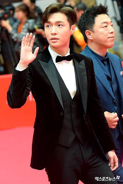 Lay (EXO)đi cùng đoàn làm phim Trung Quốc.