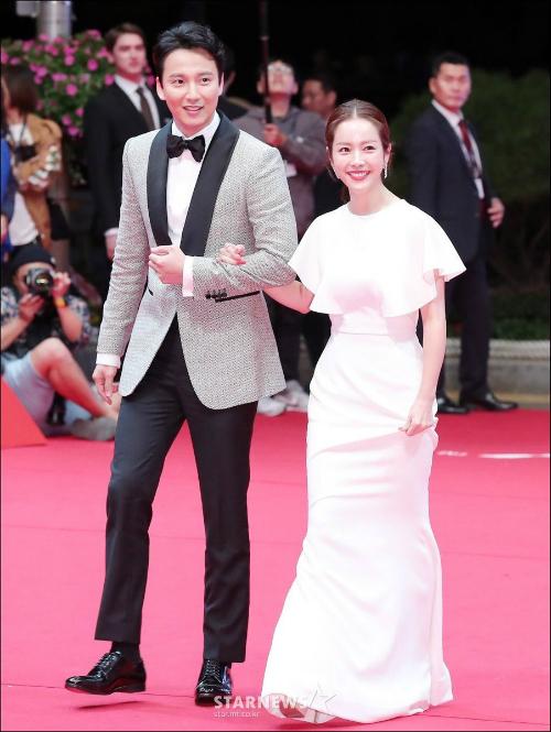 Kim Nam Gilvà Han Ji Min đẹp đôi khi sánh bước trên thảm đỏ. Tác phẩm Sweet Bean của cặp đôi được chọn chiếu mở màn Liên hoan phim Busan.