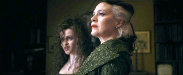 Vì mang bầu, Helen McCrory (tóc trắng) đã phải nhận một vai diễn khác phù hợp hơn.