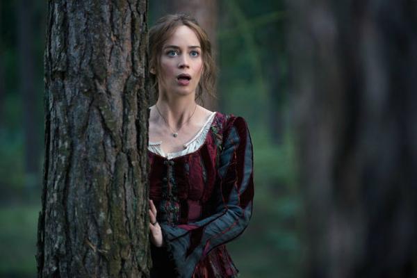 Emily Blunt thường xuyên giấu bụng mình đằng sau những gốc cây như thế này trong phim.