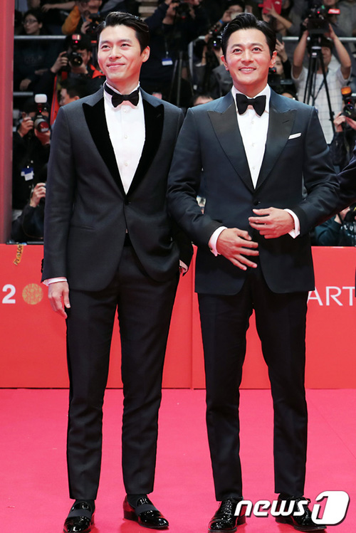 Hyun Bin, Jang Dong Gun chứng minh tường thành nhan sắc không dễ phá vỡ. Hai diễn viên là bạn thân và sắp tới sẽ đối đầu nhau trong phim Rampant.