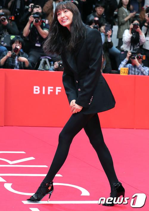 Vợ của Won Bin, Lee Na Young chọn áo vest thanh lịch, legging phá cách khi xuất hiện trên thảm đỏ.