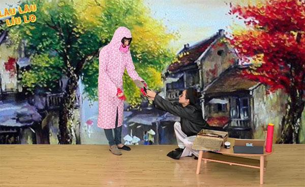 Ở tập đầu tiên, Hòa Minzy vào vai một thầy bói nổi tiếng và khách mời trong tuần này - diễn viên hài Quang Trung là người tới xem bói. Ngay từ những phút mở đầu của chương trình, Quang Trung đã mang đến tiếng cười cho khán giả khi diễn vai một người phụ nữ ghê ghớm, ngoa ngoắt và nói nhiều. Côliên tục quát mắng, chê trách thầy Hòa làm đàn ông mà không ga - lăng.