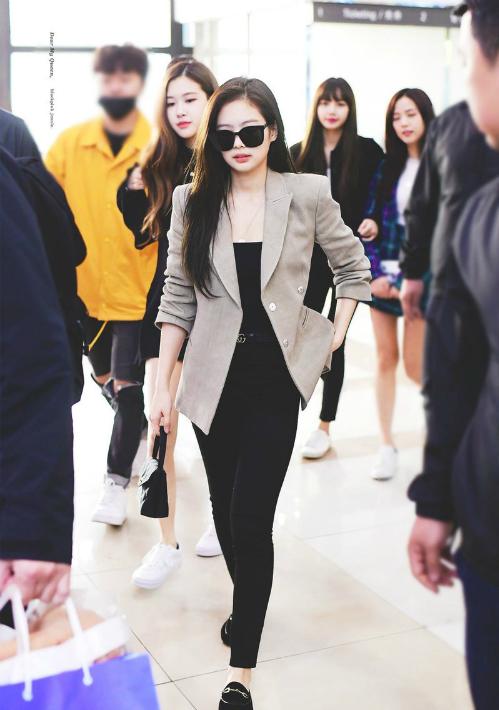 Từ trước đến nay, thời trang sân bay của Jennie luôn được fan ngưỡng mộ. Cô nàng luônbiết cách phối đồ để che khuyết điểmhạn chế chiều cao.