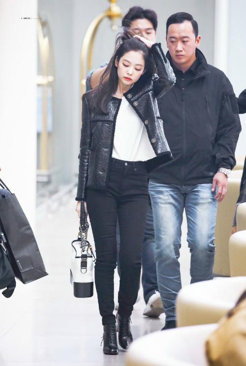 Jennie biến sân bay thành sàn diễn thời trang của riêng mình.