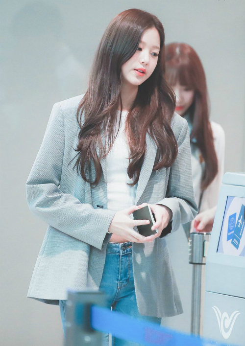 Cô nàng 14 tuổi Jang Won Young thanh lịch với blazer xám - item quen mặt tại sân bay.