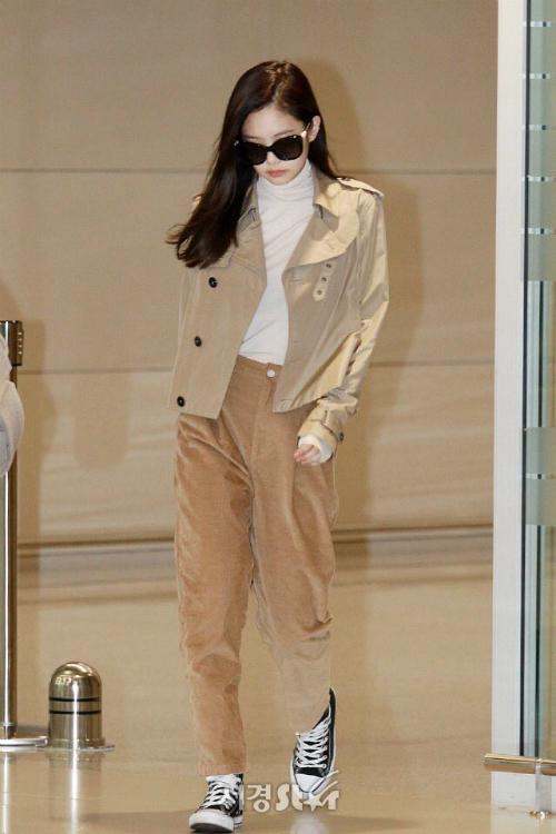 Jennie trở về từ Tuần lễ thời trang Paris và mặc nguyên cây hàng hiệu Chanel. Chiếc quần nhung khiến cô nàng lộ chân ngắn, chiều cao như học sinh tiểu học