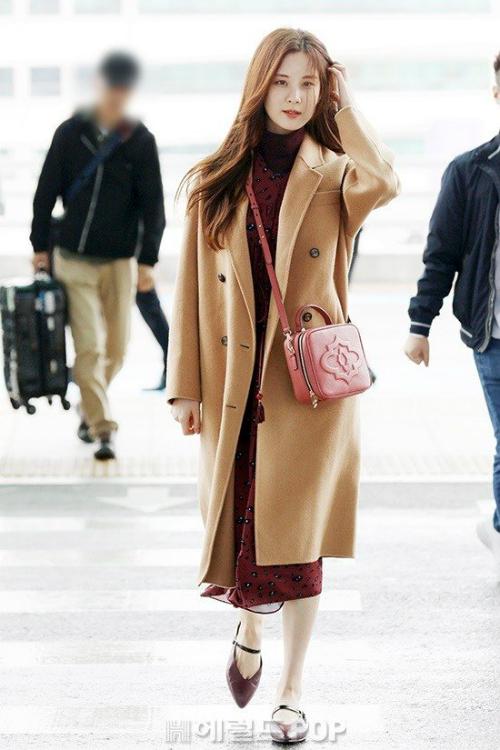 Seo Hyun xuất hiện với set đồ đậm chất thu gồm váy liền màu rượu vang, trench coat nude. Ngay cả phụ kiện cũng được nữ ca sĩ lựa chọn đồng màu với váy.