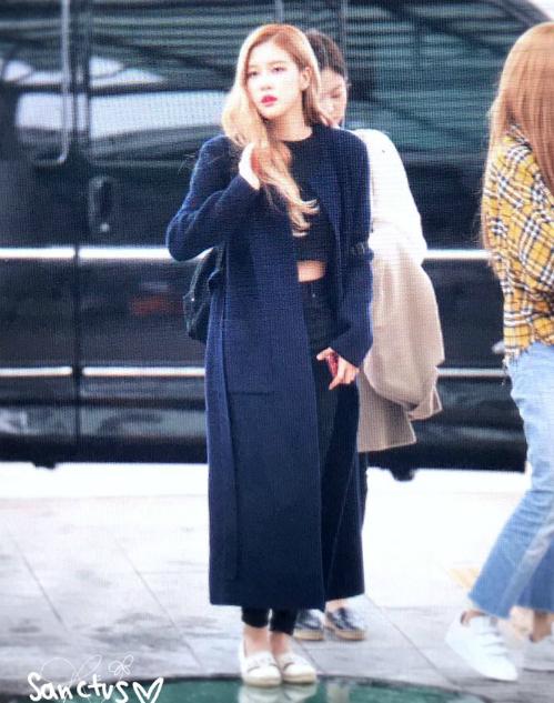 Dù mặc áo khoác dài ấm áp nhưng Rosé vẫn không quên khoe eo với crop top.